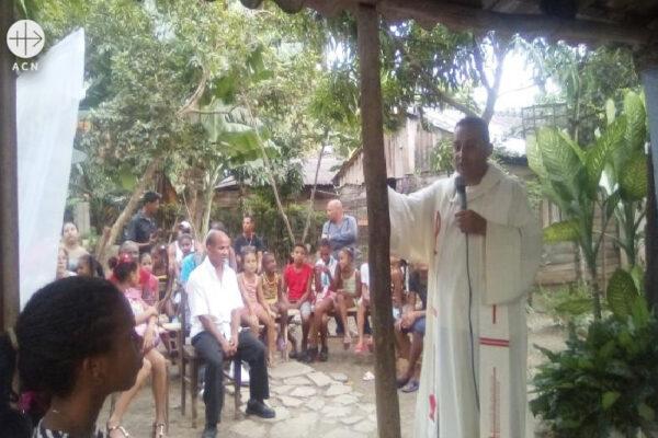 선교의 집에서 미사를 봉헌하는 엑토르 파울레스 신부 (출처=ACN 자료사진)