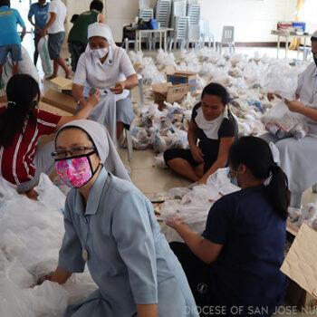 필리핀 누에바 에시하 산 호세 교구 출신 수녀들이 코로나19 봉쇄 조치로 인해 주민들에게 전달할 긴급 구호품을 포장하고 있다.(출처=Diocese of San Hose Nueva Ecija)