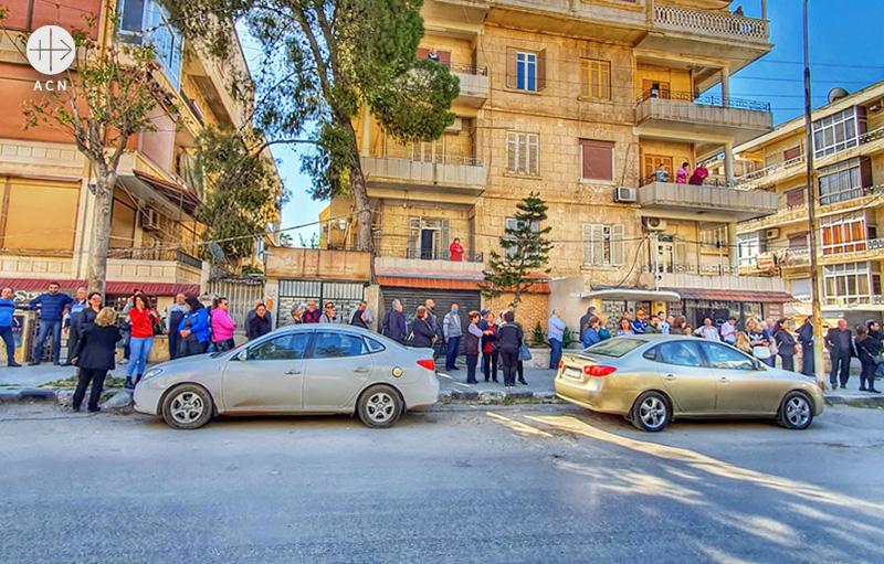 할인된 식료품을 사기 위해 긴 줄을 선 알레포 시민들 (출처=ACN 자료사진)