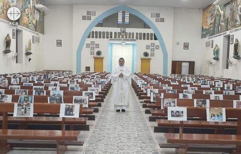 브라질 피네이루 성 이냐시오 대성당, 신자들의 사진과 함께 미사를 봉헌하는 사제 (출처=ACN 자료사진)