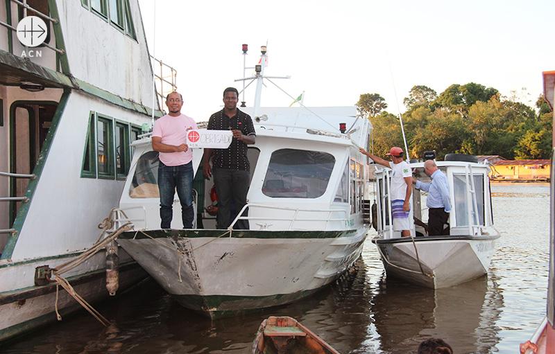 """""""고맙습니다!"""" 브라질 테페 교구에 지원된 소형 선박(출처=ACN 자료사진)"""