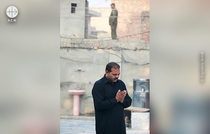 성당 주변을 지키는 파키스탄 경찰들 (© Magdalena Wolnik/ACN)