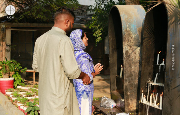 기도하는 파키스탄 신자들 (© Magdalena Wolnik/ACN)