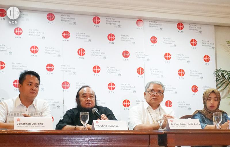 ACN 필리핀지부 붉은 수요일 기념 행사, 중앙에 치토 수가놉 신부와 에드윈 데 라 페냐 주교 (출처=ACN 자료사진)