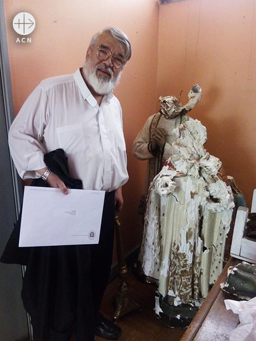 칠레 산티아고 성모승천성당. 파괴된 성상과 페드로 나르보다 신부 (출처=ACN 자료사진)