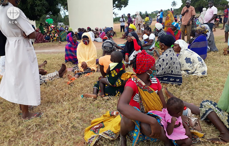 이슬람 성전주의자들의 공격으로 피난길에 오른 모잠비크인들 (출처=ACN 자료사진)