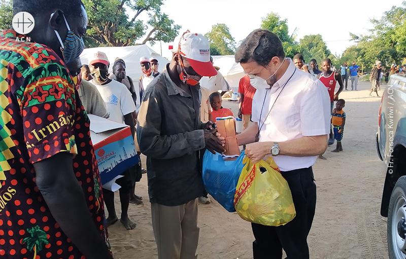 모잠비크 펨바교구장 리스보아 주교가 실향민들에게 도움을 주는 모습 (출처=ACN 자료사진)