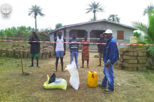 2014년 에볼라 위기 당시 긴급식량지원 (출처=ACN 자료사진)