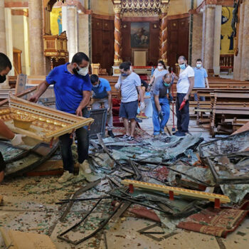 레바논 베이루트 폭발 사고 이후 마로니트 가톨릭 성당에서 잔해를 치우는 청년 자원봉사자들 (출처=Maronite Church/Beirut)