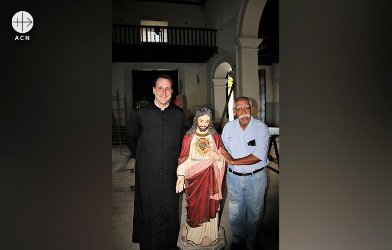 베네수엘라의 호세 마누엘 데 헤수스 페레이라 신부 (좌측, 출처=ACN 자료사진)