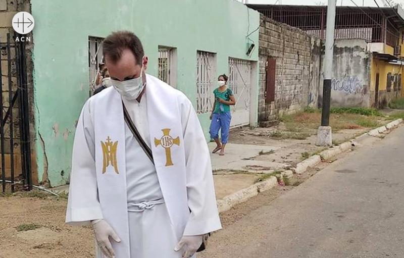 코로나19 세계적 대유행 속 시내를 걷고 있는 호세 마누엘 신부 (출처=ACN 자료사진)