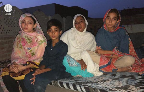 마이라의 어머니인 니그하트 씨와 마이라의 형제자매들 (출처=ACN 자료사진)