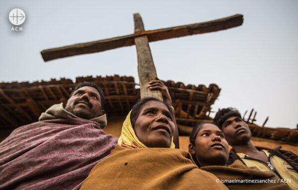 인도 자크핸드의 한 가톨릭 가정이 마을에서 십자가를 들고 있다. (출처=ACN 자료사진)