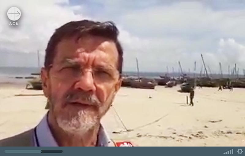 영상을 통해 난민들이 머물고 있는 해변을 보여주는 펨바교구장 리스보아 주교 (출처=ACN 자료사진)