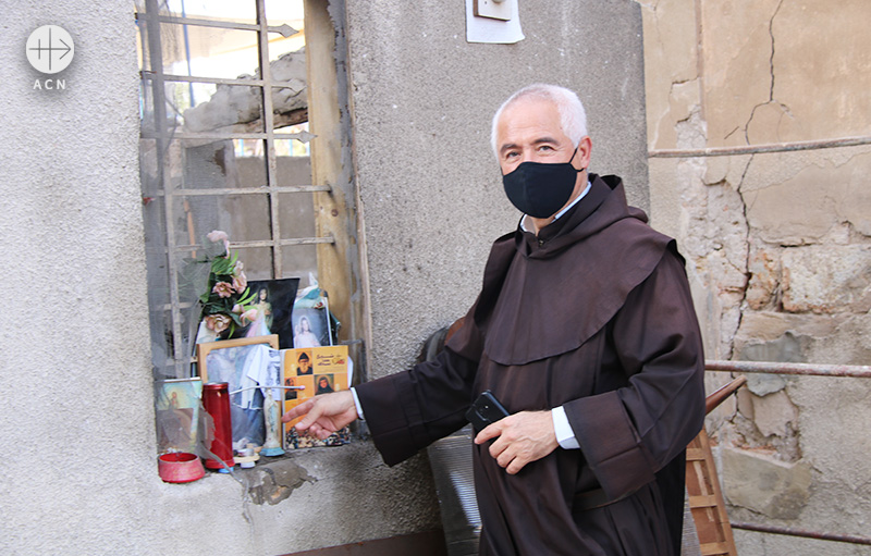 2020년 8월 4일 베이루트 폭발 참사 이후 희생자들을 위해 기도하는 레이몬드 아브도 신부 (출처=ACN 자료사진)