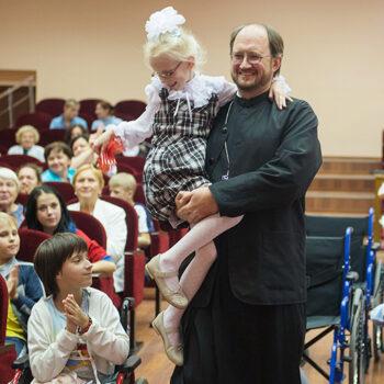 알레산드르 카첸코 신부, 호스피스 병원에서 어린이 환자와 부모들과 함께 있는 모습 (출처=ACN 자료사진)