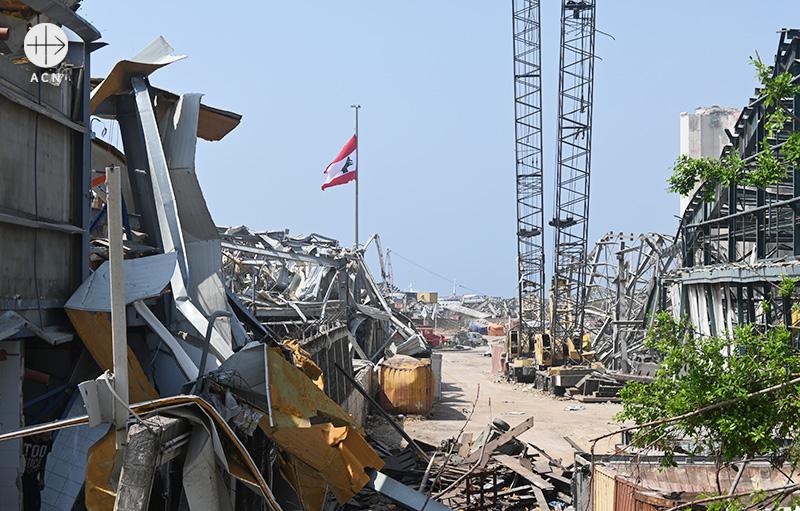 2020년 8월 4일 베이루트 폭발 참사 이후 항구에 걸린 레바논 국기 (출처=ACN 자료사진)