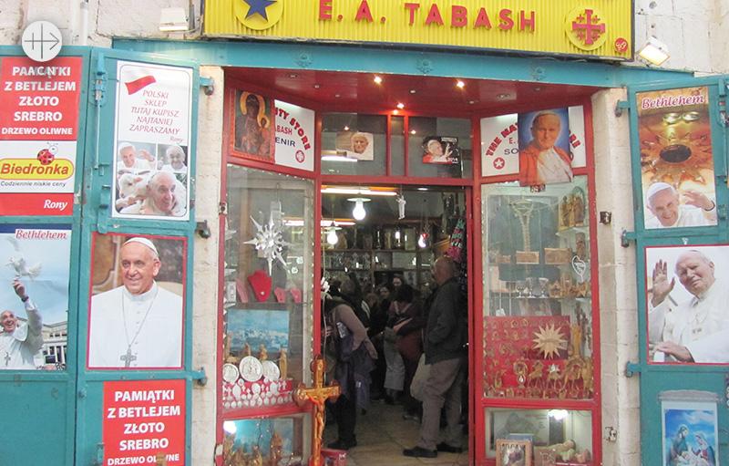 타바시 씨의 성탄구유 성물 가게. 코로나 대유행 이전 손님들로 가득한 모습 (출처=ACN 자료사진)