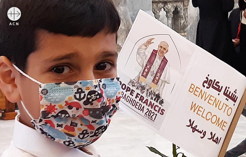이라크 카라코시의 알 타히라 성당에서 프란치스코 교황을 환영하는 깃발을 들고 있는 어린이 (출처=ACN 자료사진)