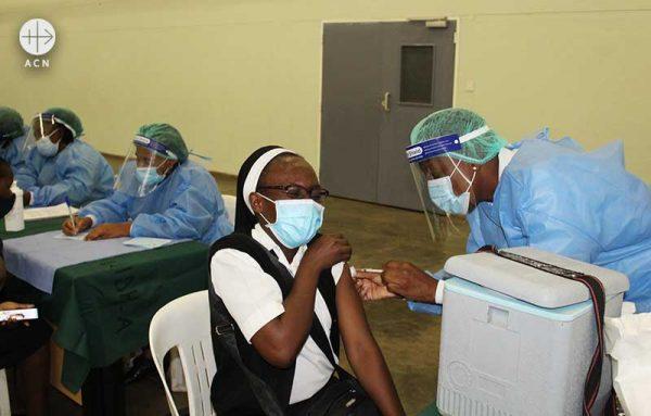 시노팜 백신을 접종받는 도미니코회 소속 수녀 (출처=ACN 자료사진)