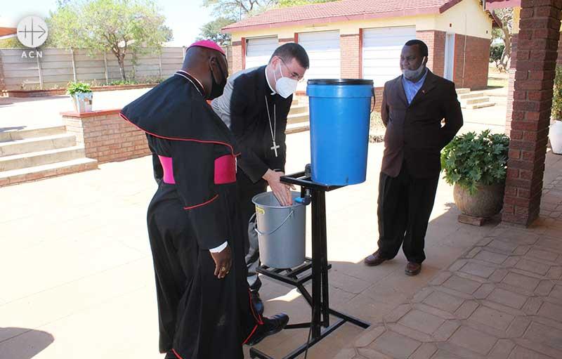 흐르는 물에 손을 씻어 감염을 예방하는 주교들의 모습 (출처=ACN 자료사진)