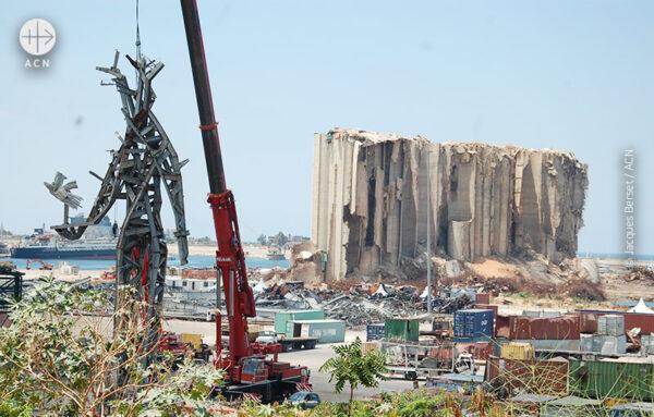 베이루트 항구에 세워진 거대한 금속 조각상 (출처=ACN 자료사진)