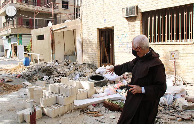 레바논 베이루트의 재건 현장에서 레이몬드 아브도 신부 (출처=ACN 자료사진)