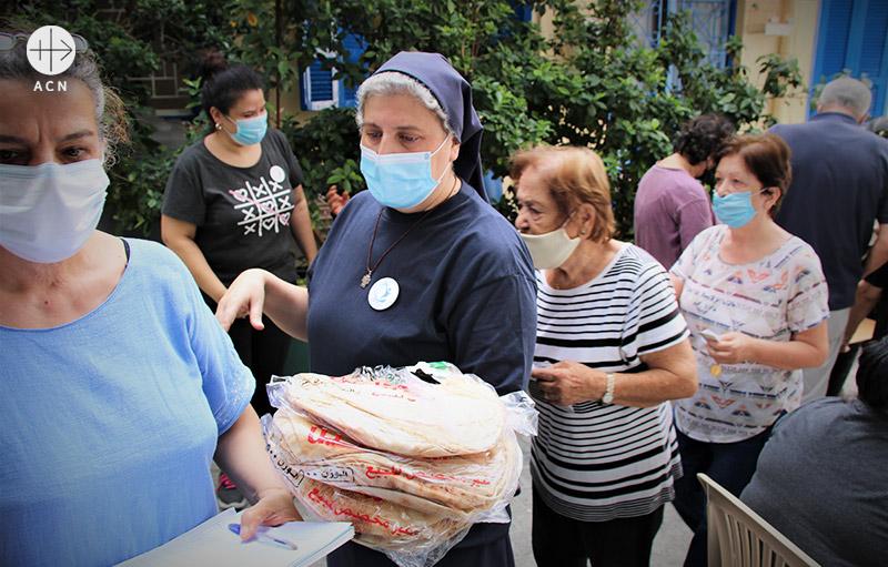 ACN이 지원한 긴급 식량 꾸러미를 전달하는 리타 수녀 (출처=ACN 자료사진)