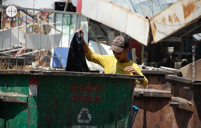 먹을 것을 찾는 사람들 (출처=ACN 자료사진)